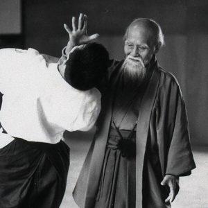 Fondateur, maître, Ueshiba, effectuant une technique d'aïkido.